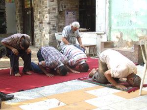 祈るイスラム教徒の人たち